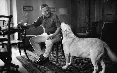 El escritor John Cheever y su perra Flora